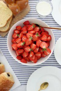 Erdbeeren und ein Frühlingssträußchen